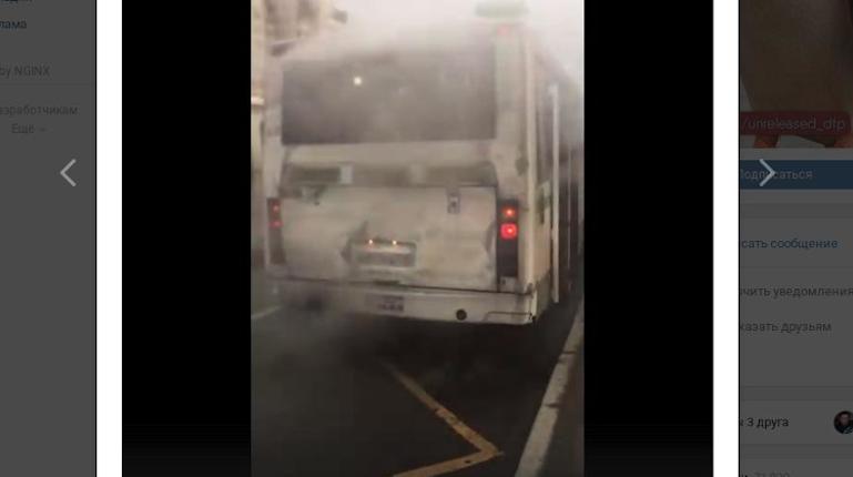 На проспекте Большевиков люди выскакивали из дымящегося автобуса