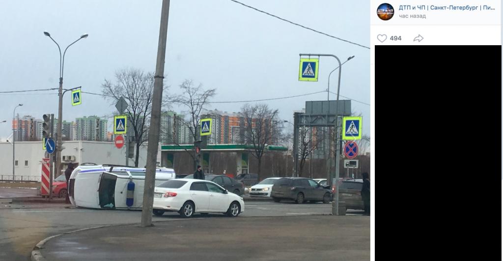 В Купчино Mazda опрокинула на бок полицейский «УАЗ»