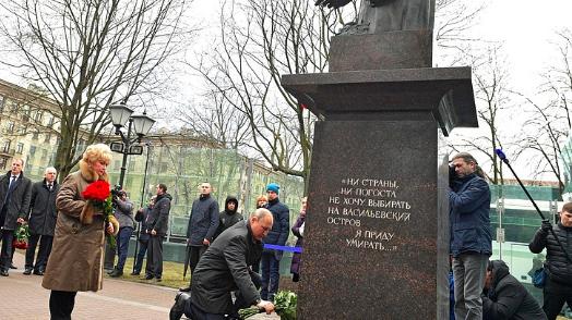 Владимир Путин в Петербурге: цветы к памятнику Собчака и концерт в филармонии