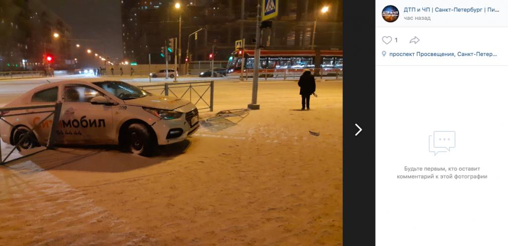 На Просвещения такси «СитиМобил» пробило ограждение и вылетело на тротуар