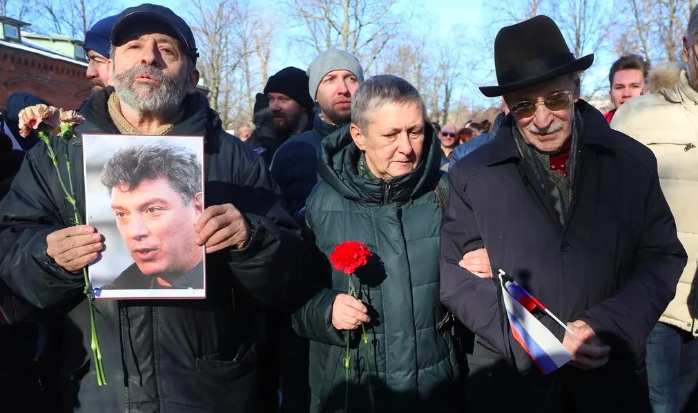 Петербуржца оштрафовали на 10 тысяч за плакат на марше памяти Немцова