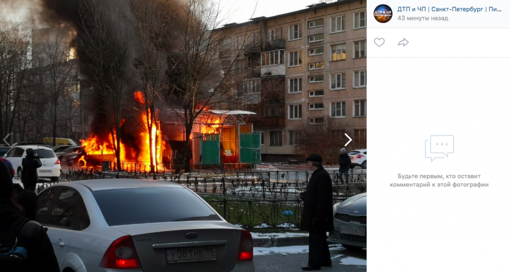 В Купчино вместе со вспыхнувшими мусорными баками сгорели две иномарки