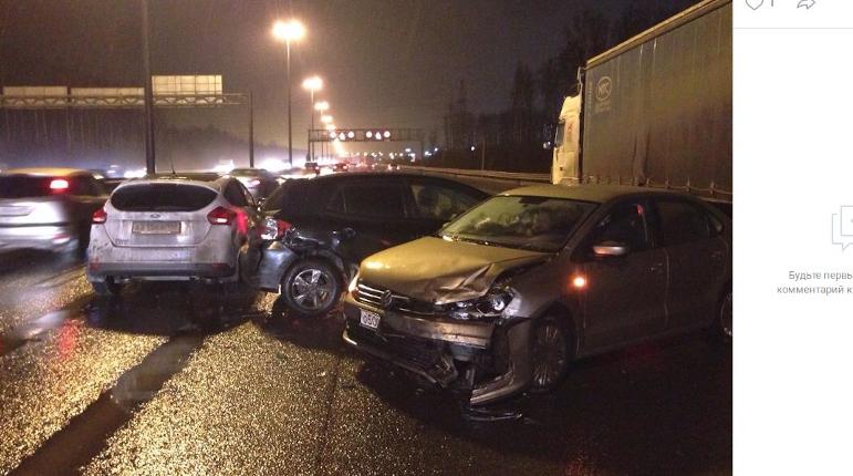На КАД Петербурга легковушка «втянула» в аварию еще две машины