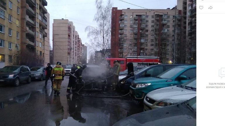 В Красносельском районе тушили автомобиль под окнами жилого дома