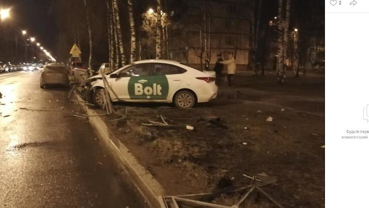 В Выборгском районе такси разнесло дорожное ограждение