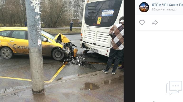 На Купчинской улице такси влетело в автобус на остановке