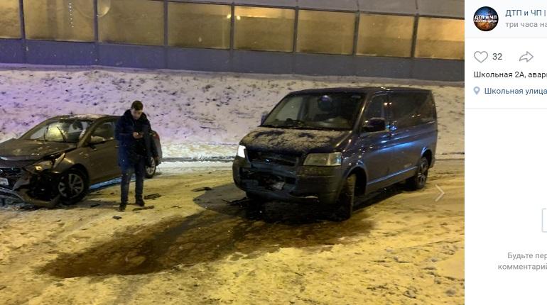 В Шушарах микроавтобус и Hyundai помялись в ДТП