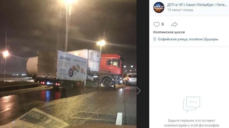 На Колпинском шоссе утром фургон въехал в большегруз