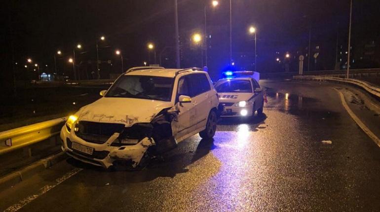 На Рябовском шоссе Mercedes въехал в ограждение — водителя увезли на «скорой»