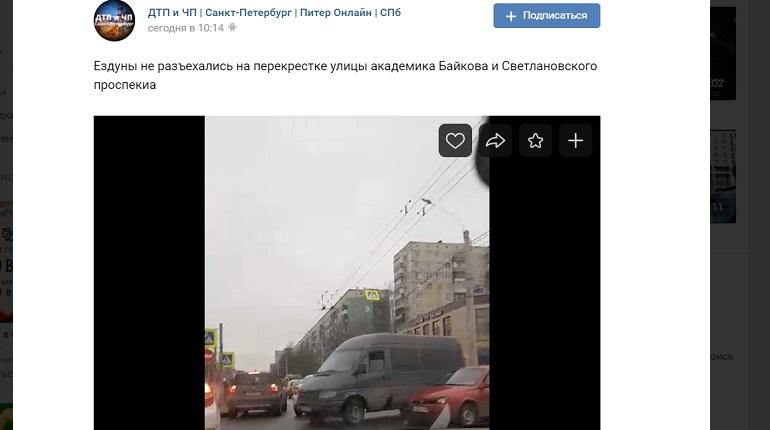 Не работает светофор: на Светлановском «не разъехались» авто и микроавтобус
