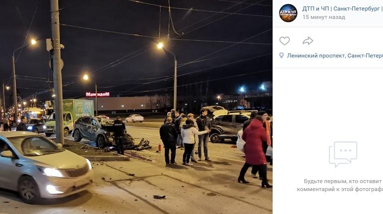 На Ленинском иномарка разбилась в ДТП: проезд по проспекту перекрыт