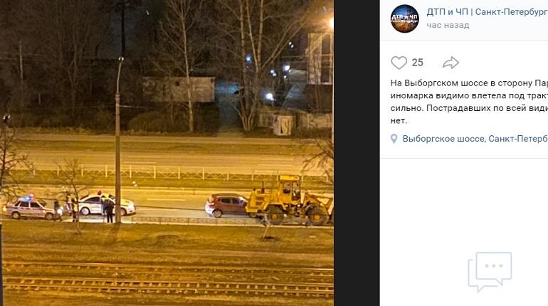 На Выборгском шоссе иномарка влетела под трактор