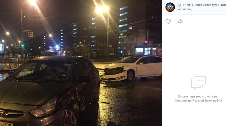 Ночью на Пражской улице иномарки не поделили перекресток
