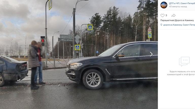 На Парашютной улице автомобили забыли о дистанции