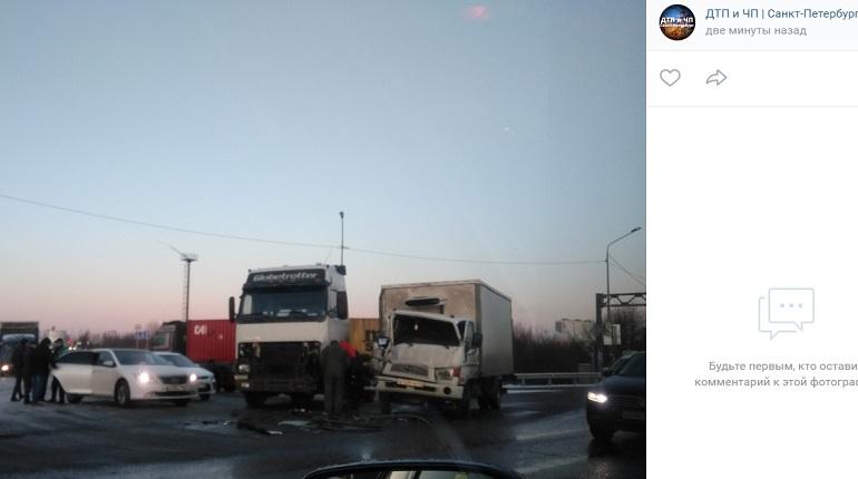 Два грузовика не поделили Московское шоссе и спровоцировали пробку