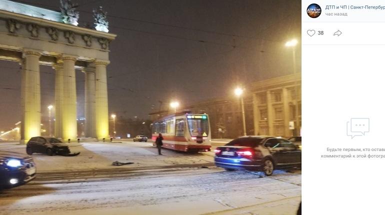 У Московских воротVolkswagen влетел в трамвай и попытался скрыться