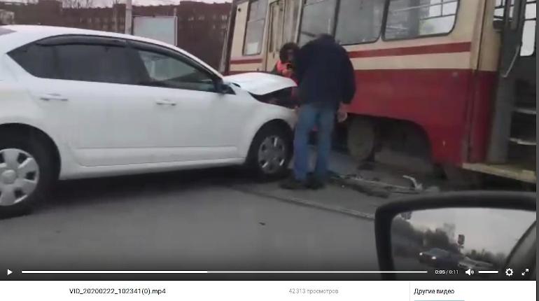 В Калининском районе автомобиль врезался в трамвай и остановил движение