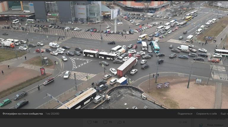 Неработающий светофор у метро «Ладожская» собрал пробку