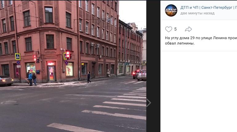 На перекрестке на улице Ленина «кусок карниза» рухнул на дорогу и тротуар
