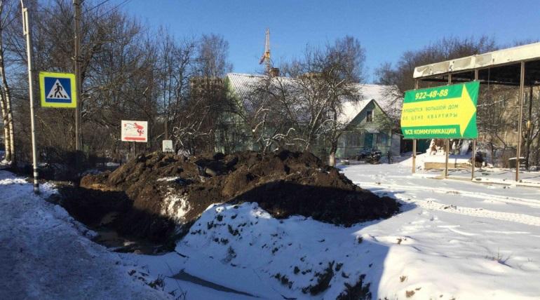 Незаконные съезды с Колтушского шоссе спрятали от дорожников дорогими иномарками