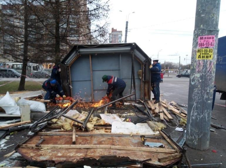 Искры летели: незаконные ларьки снесли в четырех районах Петербурга