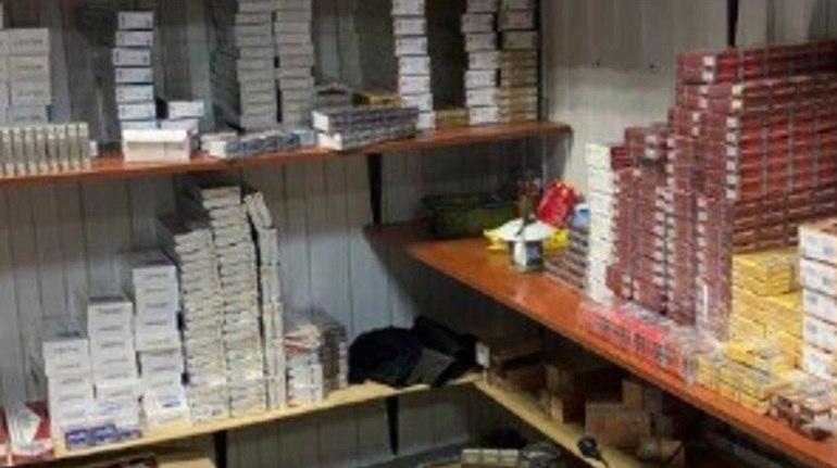 Более 300 тысяч незаконных сигарет изъяли на одном из рынков Петербурга