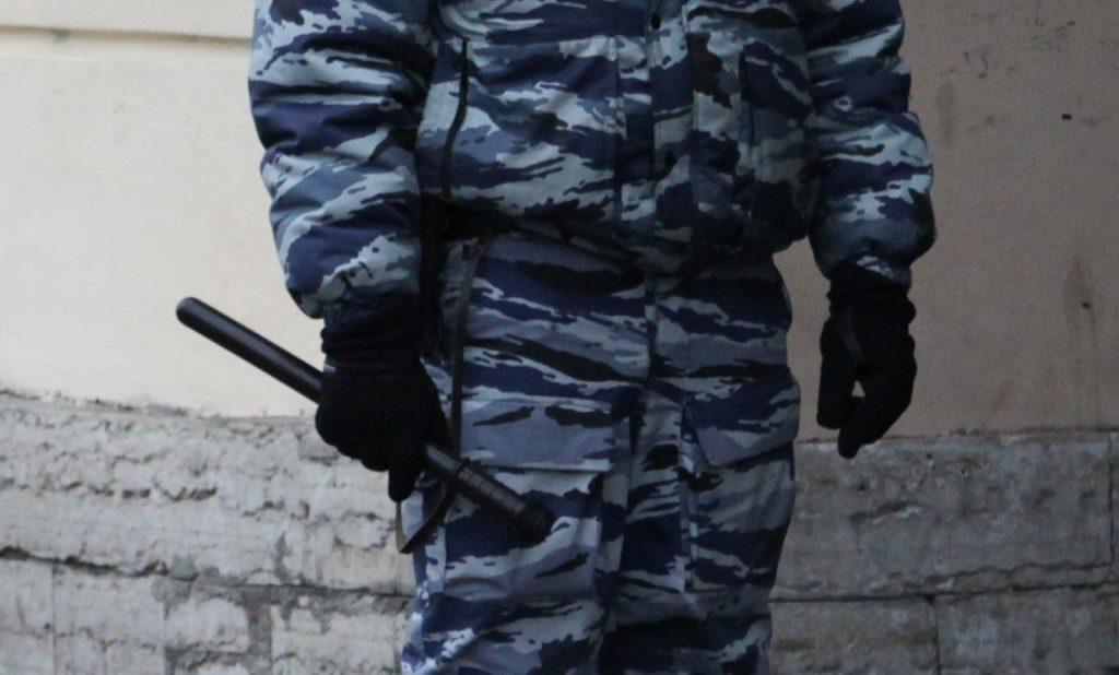Избил тяпкой и трижды пнул: петербургского полицейского обвинили в нападении на мужчину