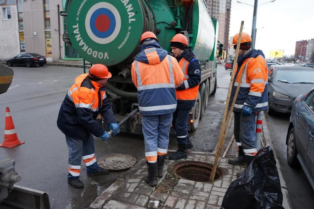 Из канализации на Северном выкачали кубометры грязных тряпок и медотходов