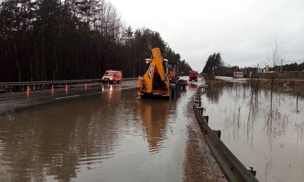 Дорожники Ленобласти устраняют разлив воды на дороге «Парголово— Огоньки»