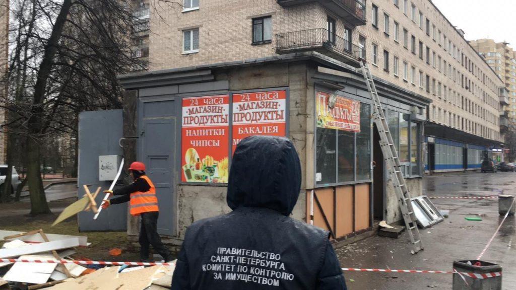 Смольный снес незаконные павильоны в трех районах и озадачил любителей выпечки и овощей