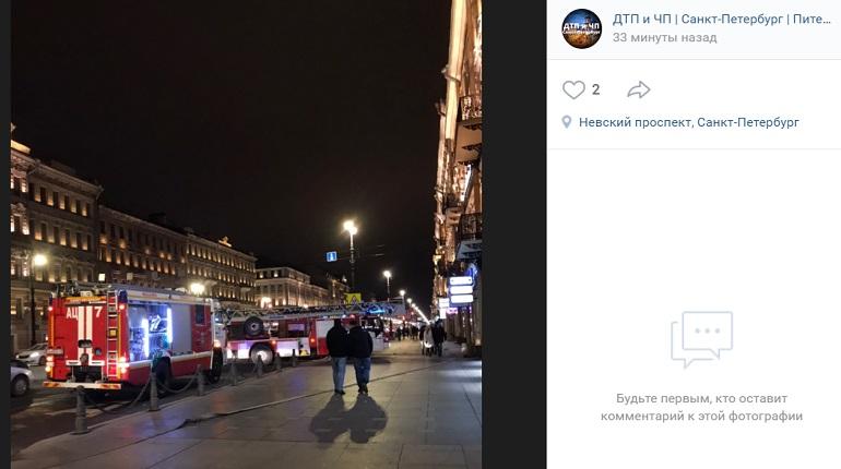 Петербуржцы заметили «очень много» машин МЧС у кинотеатра на Невском