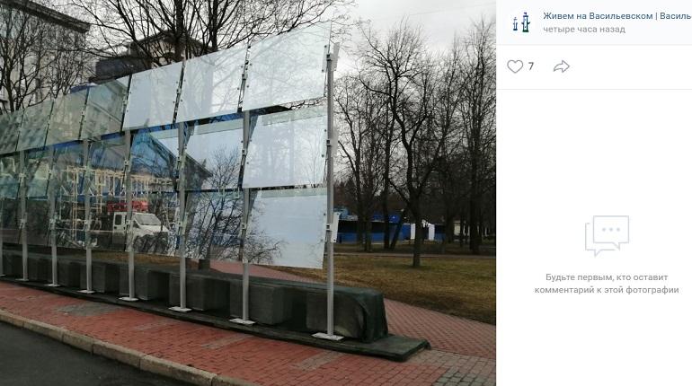 Бронированное стекло у памятника Собчаку установили на время. После визита Путина оно исчезнет