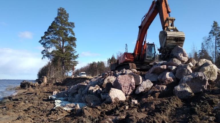 Путь к Сосновому Бору укрепляют геотекстилем и камнями