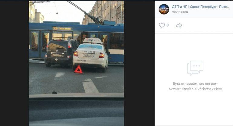ДТП с легковушкой и такси на Невском заблокировало проезд
