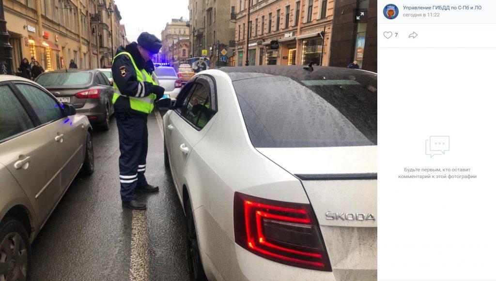 Петербургский водитель сдал полицейским пьяную пассажирку