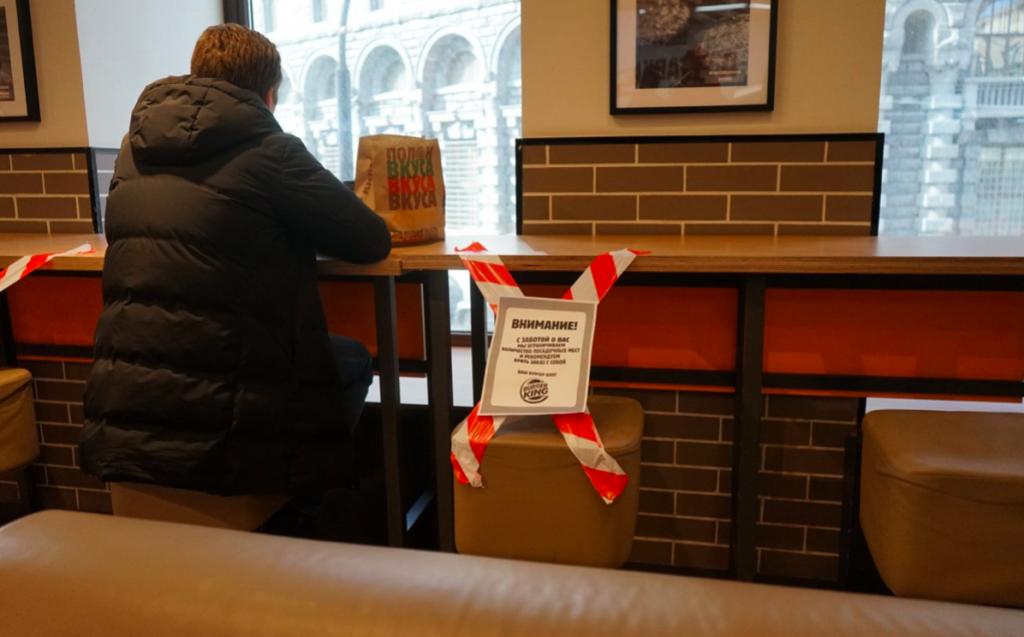 Коронавирус в Петербурге: опустевший McDonald's и закрытые столики в Burger King