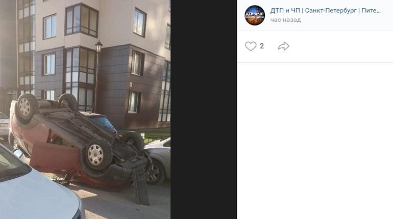 На проспекте Ветеранов во дворе дома перевернулся автомобиль