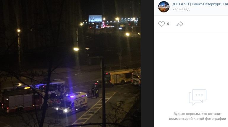На Гамбургской площади автомобиль залетел под автобус