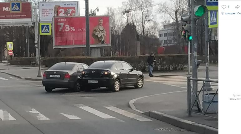 На пустой дороге Кировском районе зацепились две легковушки