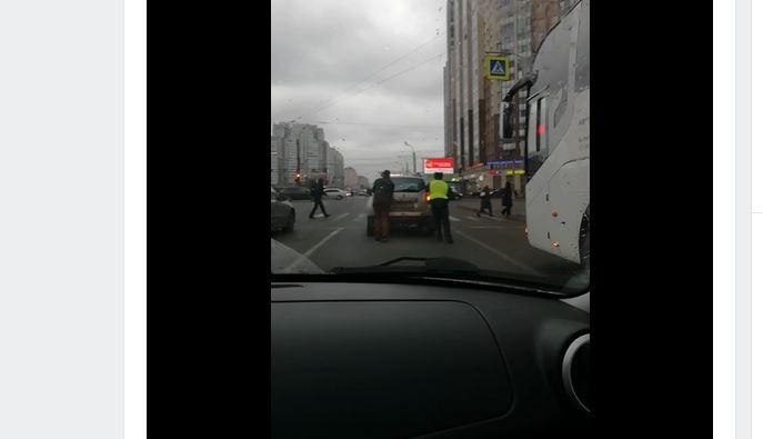 Сотрудник ДПС помог автовладельцу на Коломяжском