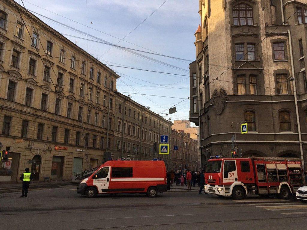 Горящую на Вознесенском квартиру приехали тушить 8 пожарных машин