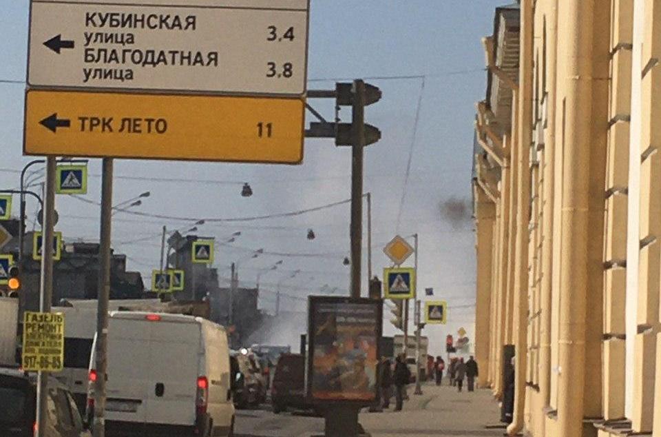 Угол Лермонтовского и Обводного заволокло паром из-за прорыва трубы
