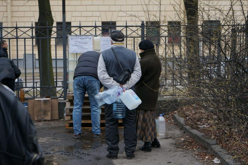Очереди растут: пункт раздачи «халявного» антисептика в Петербурге набирает популярность