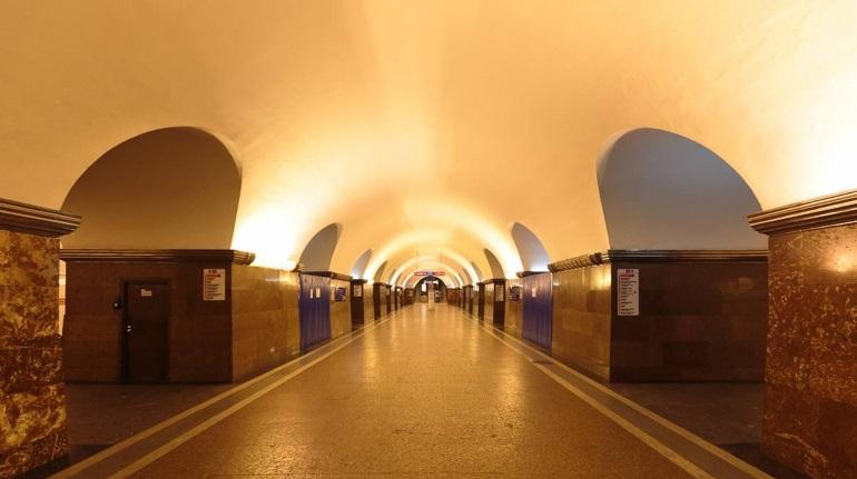 В Петербурге движение на «красной» ветке метро остановили, пассажир упал на пути