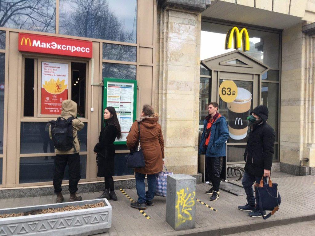 За гамбургером в респираторе: петербуржцы выстроились в очередь перед «Макдональдсом»