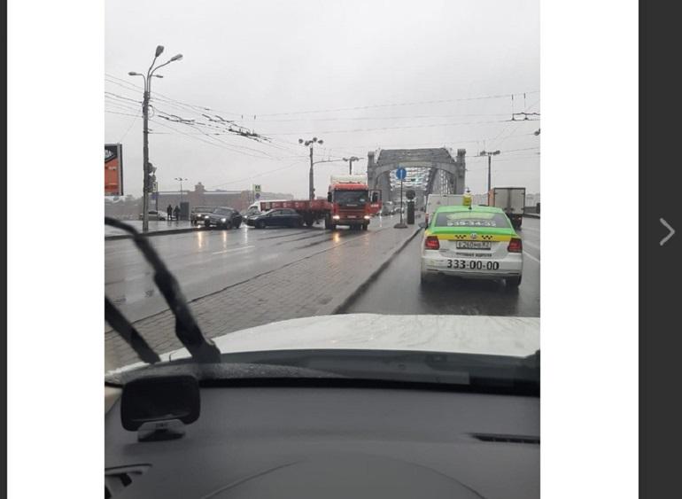 Авария с фурой заставила водителей постоять у Большеохтинского моста