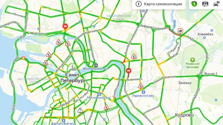 Петербург в самоизоляции: картину пустых дорог омрачает ДТП на КАД
