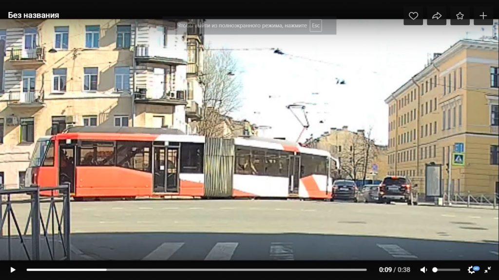 На Лиговском трамвай «зацепил» иномарку: автолюбители предвещают пробку
