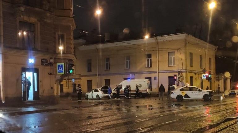 Легковушка врезалась в такси в центре Петербурга