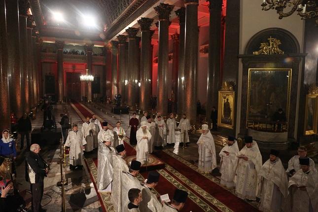 Пасхальные богослужения прошли в полупустом Казанском соборе